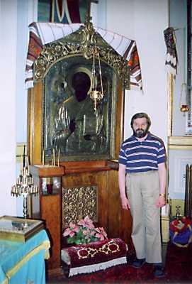 С.Білокінь біля кіота з іконою св.Миколи Мокрого